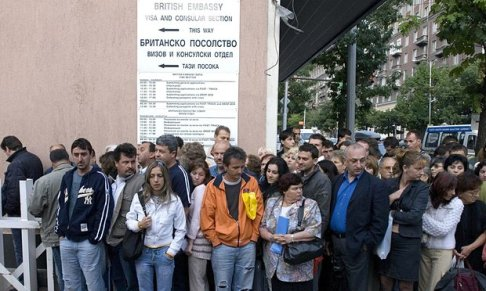 Bulgarians-queuing-outsid-009